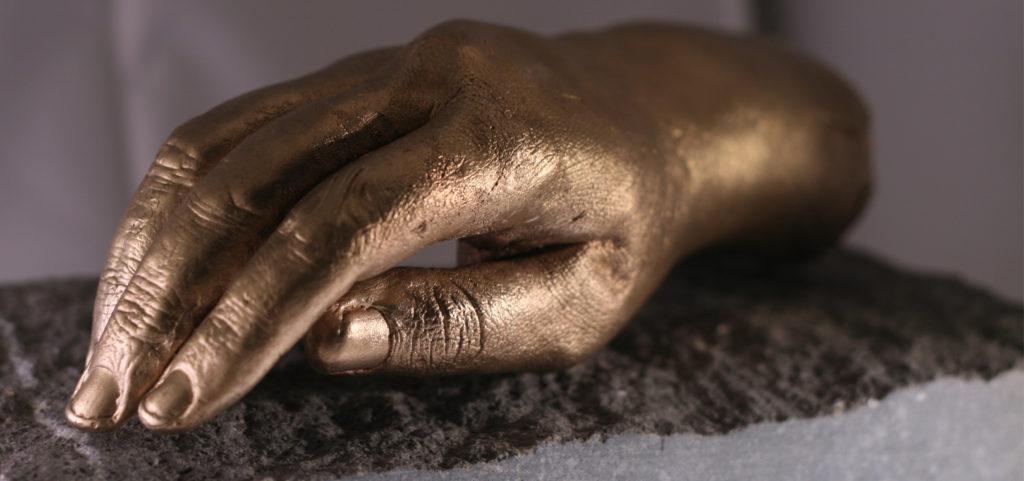 hand in brons gegoten